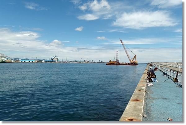 相馬港で釣り糸を垂れる釣り人