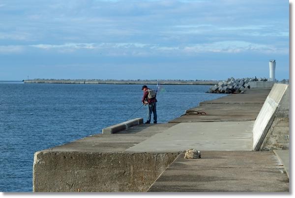相馬港防波堤で釣りをする人