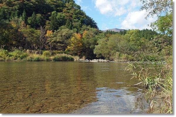 秋空の下を流れる荒雄川の澄んだ流れ