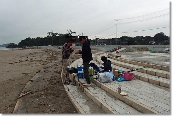 桂島海水浴場でバーベキューする人々