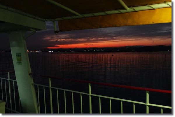 フェリーの甲板から見る、夕焼けの松島湾