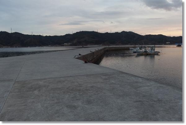 横浦港の防波堤と係留されている漁船