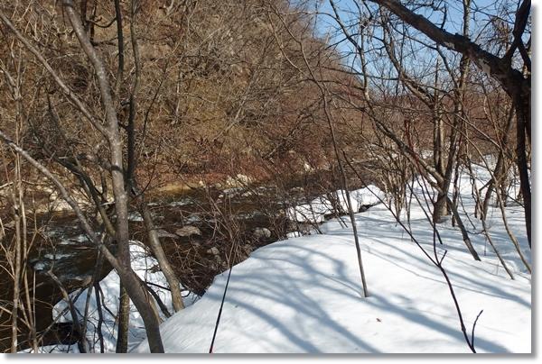 雪の残る川辺