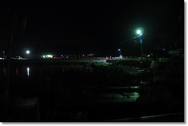 常夜灯がともる夜の港内