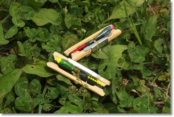 草の生えた地面に置かれた二つのタナゴ釣り仕掛け