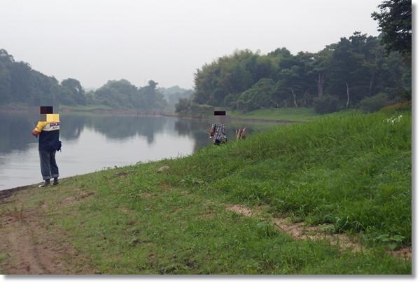 リザーバーでバス釣りをする人々