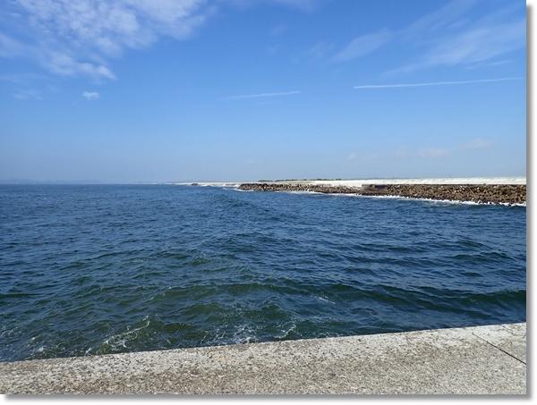 天気は良いが荒れ気味の大曲の海岸