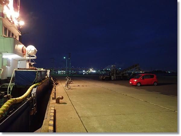 夜明け前の八戸港内