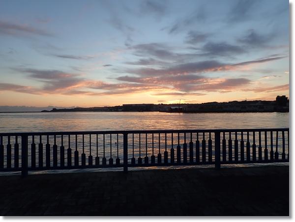 朝焼けの八戸港からの眺め