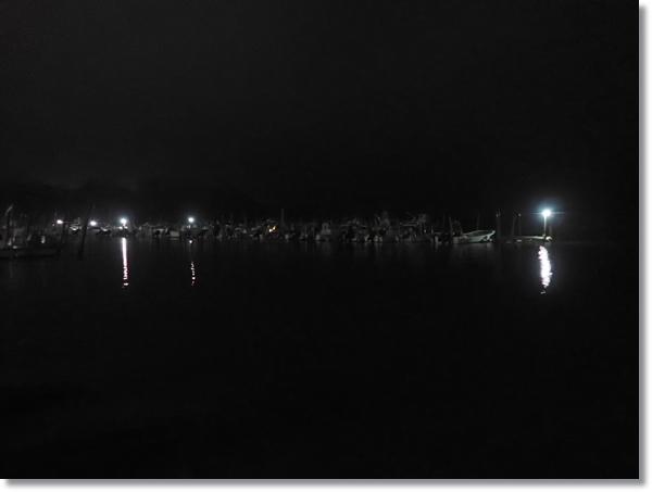 漁船が沢山係留されている夜の塩釜港
