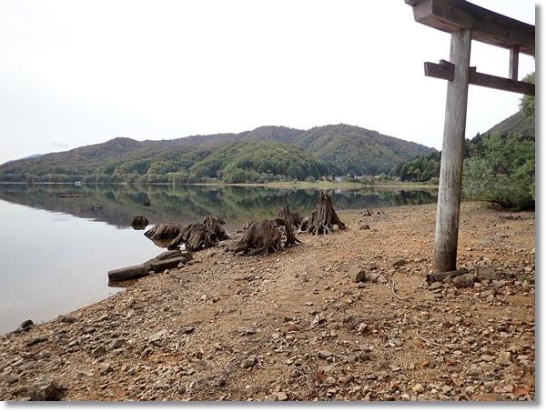 桧原湖水中神社