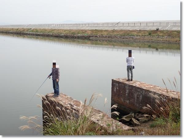 野蒜運河でハゼ釣りをする人