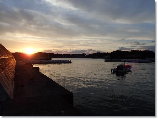 夕日に染まる宮戸島大浜漁港