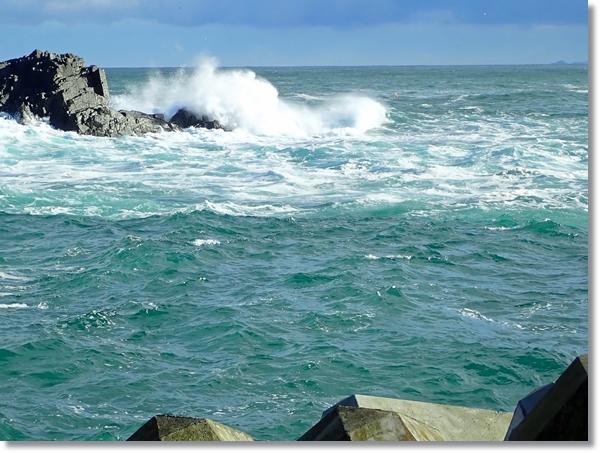 十三浜漁港からの眺めた荒れた海