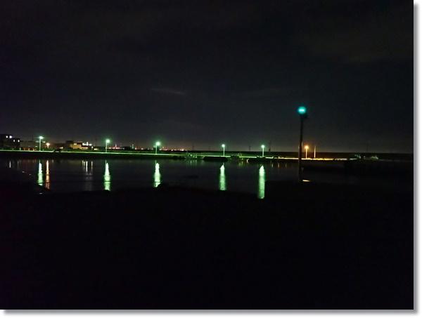 夜の静まり返った閖上漁港内