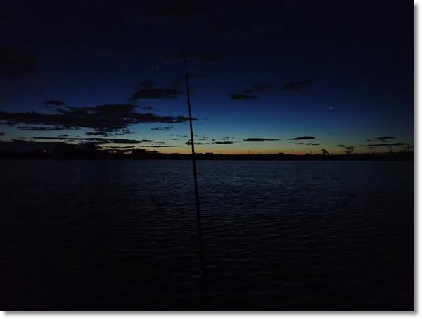 釣りをしながら眺める日の出前の名取川