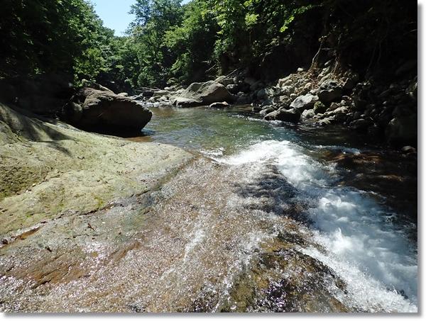 夏の日差しの中の音を立てて流れる長谷倉川