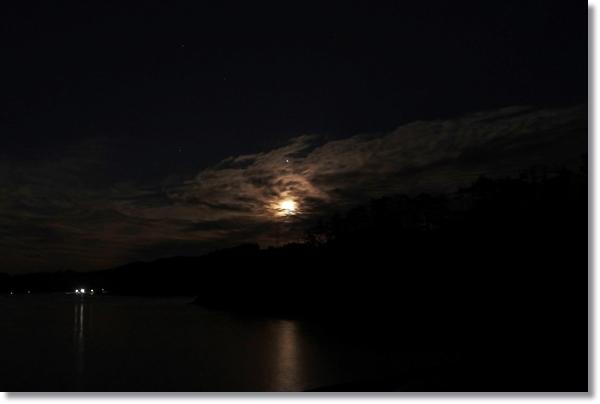 牡鹿の漁港から見える月