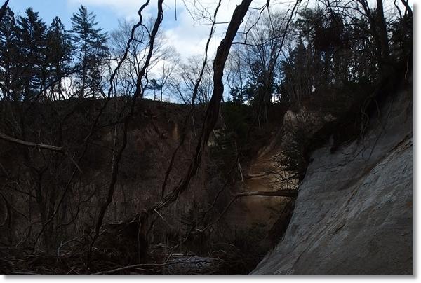 川沿いの断崖