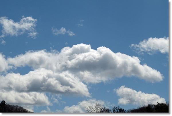 春の青空と雲