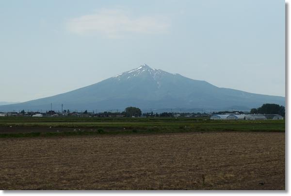 遠くに見える岩木山