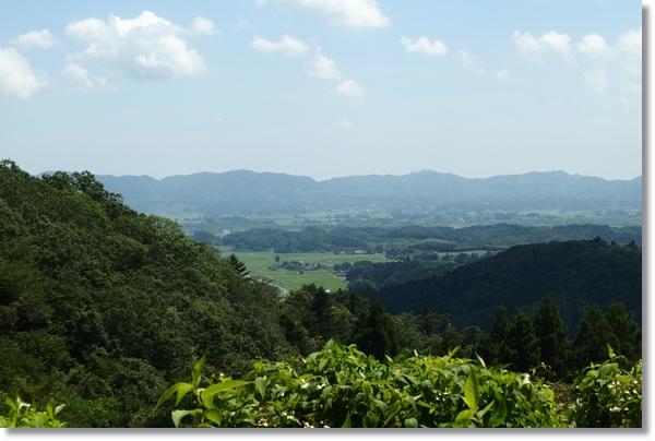 山の上から見渡す農村の風景