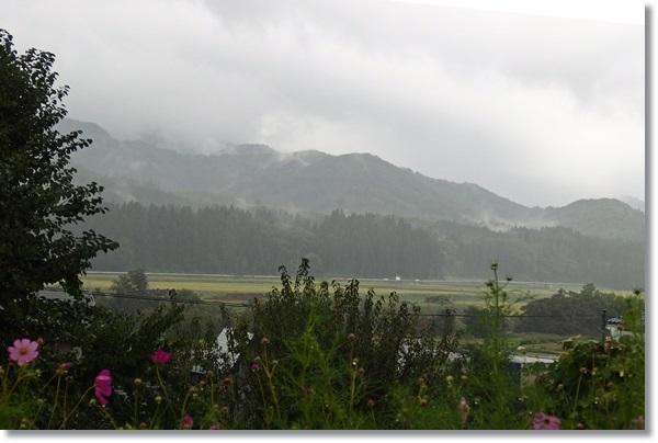 雨の降る田園の風景、山に靄がかかる