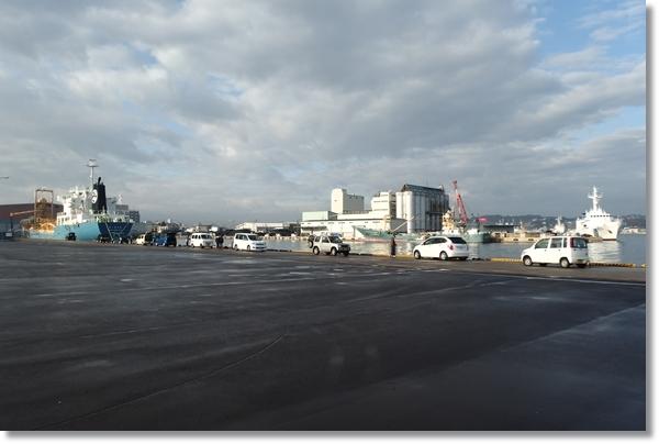 釣りをする車が並ぶ塩釜港