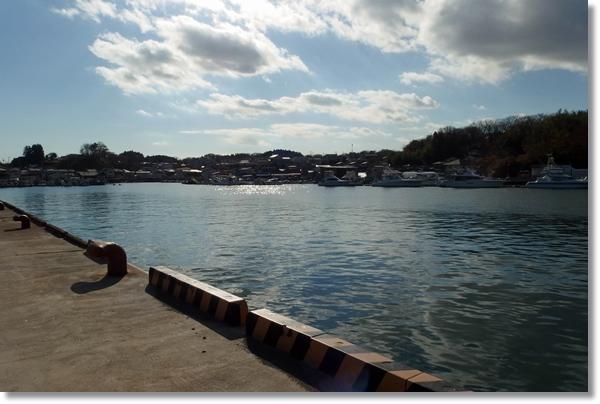 漁港が見える岸壁