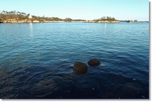 島が見える海辺