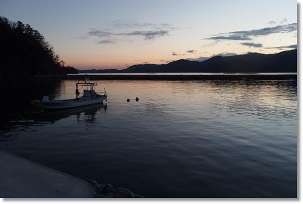 牡鹿半島の漁港から見た夕暮れの景色