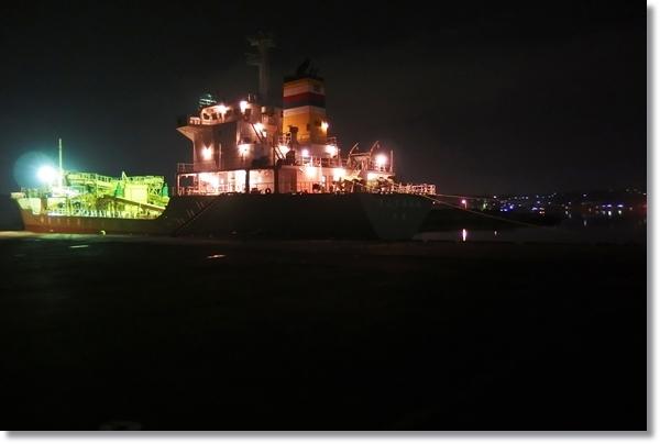 夜の塩釜港に停泊している船