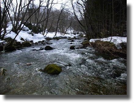 雪解け水が流れる渓流