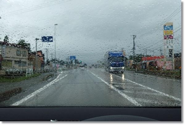 横手市を走る雨の日の車窓