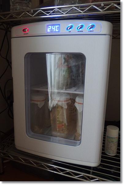 冷温庫の中に入ったハエ養殖容器