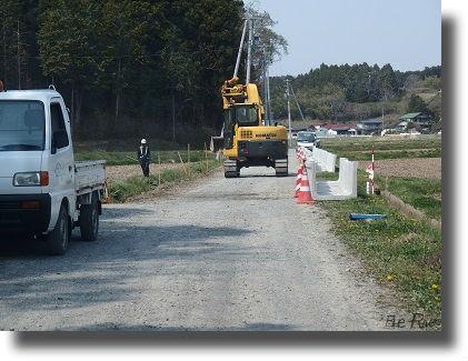 重機と道路工事現場