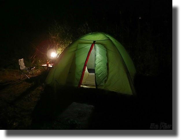 ランプに照らされるテント
