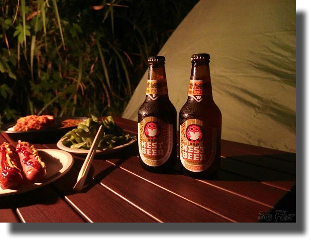 テーブルの上の瓶ビール
