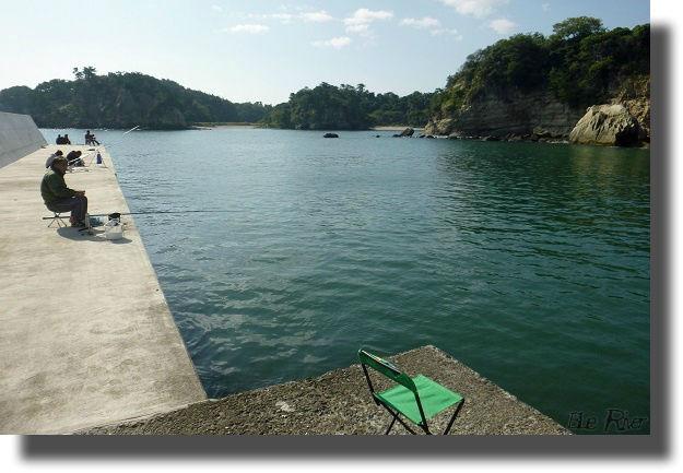 漁港での釣り風景