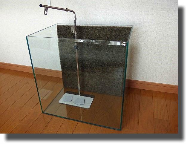 空っぽのビバリウム水槽とライトスタンド