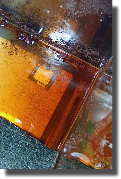 水槽に溜まった茶色い水