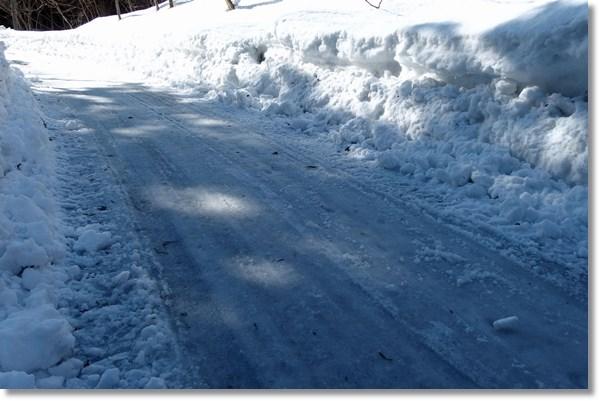 雪が残る山間部の道路