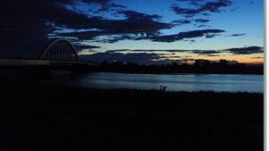 日の出に見える名取川と大橋